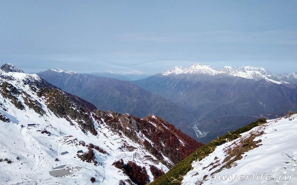 На заснеженных склонах гор