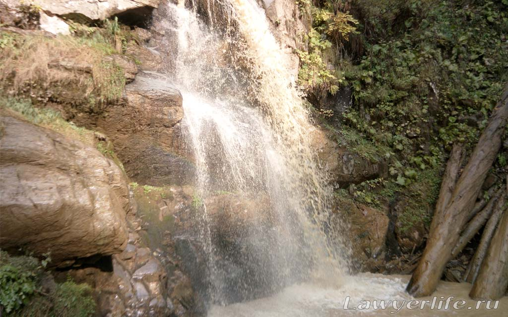 Почему-то на этом водопаде вода грязная
