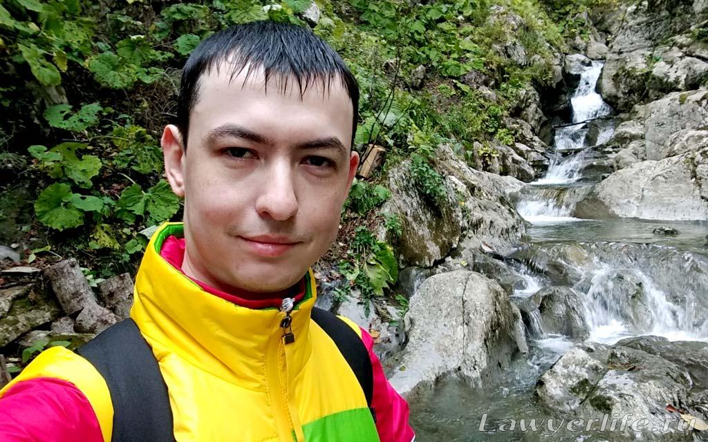 Кстати, не до каждого водопада было легко добраться. Приходилось прыгать по скользким порогам.